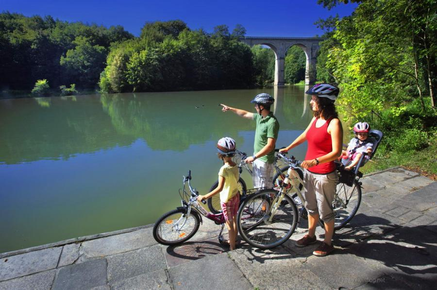 Image of family with bicycles on the Neisse