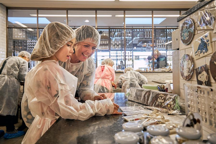 Image of mother and daughter at the transparent factory at Felicitas